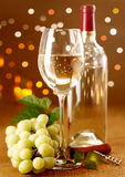 Elegant white wine with grapes Royalty Free Stock Photography