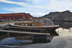Elegant wooden boat. Along the Tista River in Halden lies moored a number of fine boats. On the picture you will see a elegant wooden boat with a powerful Royalty Free Stock Photos
