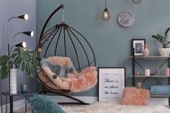 Elegant woonkamerbinnenland met het hangen van leunstoel royalty-vrije stock foto