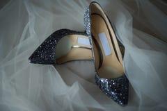 Eleganta brud- skor och en skyla, selektiv fokus Royaltyfria Bilder