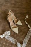 Eleganta brud- skor på en brun matta Royaltyfri Bild