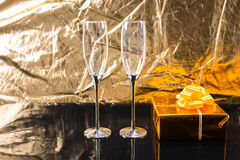 Eleganta Champagne Glasses och guld- gåva Royaltyfri Bild