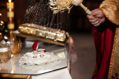 Eleganta dyra två guldbröllopcirklar med pärlor på ornat Royaltyfri Foto