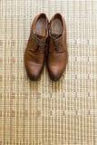 Eleganta eleganta skor för brudgum på golvet Fotografering för Bildbyråer