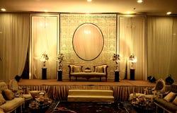 Eleganta garneringar för etapp för bankettkorridorbröllop royaltyfria foton