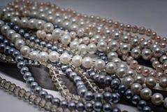 eleganta gråa pärlor Royaltyfria Foton