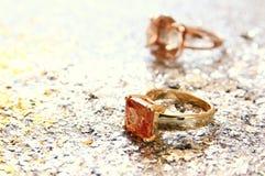 eleganta guld- cirklar på guld och silver blänker bakgrund Royaltyfri Fotografi