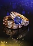 Eleganta guld- smycken ringer med bokeh Arkivbilder