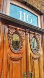 Eleganta handcrafted sned yttre dörrar Arkivbilder
