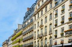 Eleganta historiska parisiska hyreshusar Arkivfoto