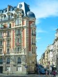 Eleganta historiska parisiska hyreshusar Fotografering för Bildbyråer
