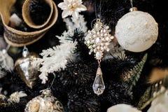 Eleganta julgrangarneringleksaker i vita signaler Arkivfoton