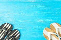 Eleganta kvinnliga häftklammermatare för ram på blå träbakgrund, copyspace för text, sommarsemester arkivbild