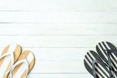 Eleganta kvinnliga häftklammermatare för ram på vit träbakgrund, copyspace för text, sommarsemester arkivbilder