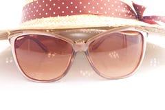 Eleganta kvinnors hatt och solglasögon Royaltyfri Fotografi
