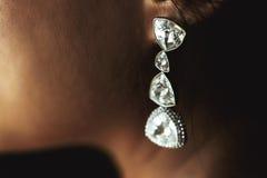 Eleganta lyxiga förmögna bröllopdiamantörhängen på härlig bri Royaltyfri Bild