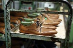 Eleganta mäns skor som göras för att mäta Arkivbild