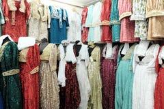 Eleganta muslimska kvinnliga långa klänningar i boutique Novi Pazar, Serbi royaltyfria bilder