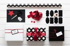 Eleganta och härliga gåvor för för svart, röda och vita jul Arkivbilder