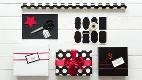 Eleganta och härliga gåvor för för svart, röda och vita jul Arkivfoton