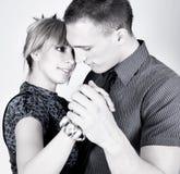 Eleganta och lyckliga romantiska danspar arkivfoto