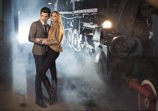 Eleganta par på järnvägsstationen Arkivfoton
