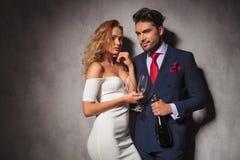 Eleganta par som är klara att festa med champagne Royaltyfri Fotografi