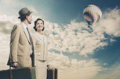 Eleganta par som lämnar med bagage Arkivbild