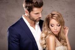 Eleganta par som tillsammans poserar royaltyfri foto