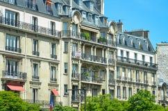 Eleganta parisiska hyreshusar Royaltyfria Foton