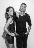 Eleganta sexiga par, i att posera som står mot väggen Arkivfoto