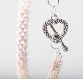 Eleganta smycken för handgjord förälskelse Arkivbilder