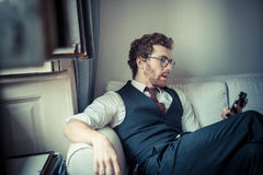 Elegante aantrekkelijke manier hipster mens op de telefoon stock foto