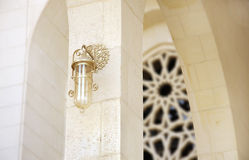 Elegante alte Lampe in der großartigen Moschee, Bahrain stockfoto