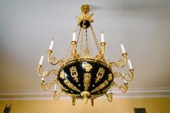 Elegante antieke zwarte en gouden kroonluchter op het plafond royalty-vrije stock afbeeldingen