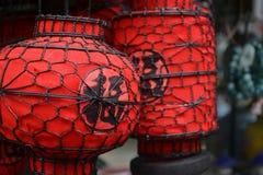 Elegante antike chinesische Laternen in den verschiedenen Formen, das chinesische Wort innerhalb der Laternen bedeuten ` Wohlstan lizenzfreie stockfotografie