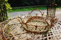 Elegante antiquiteit gevormde het meubilairreeks van de ijzertuin, hoge lijst stock fotografie