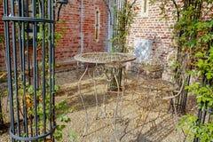 Elegante antiquiteit gevormde het meubilairreeks van de ijzertuin, hoge lijst stock foto's
