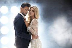 Elegante, attraktive Paare im Nachtclub lizenzfreies stockfoto