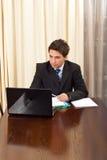 Elegante bedrijfsmens in bureau Royalty-vrije Stock Afbeelding
