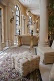 Elegante beige pouffe op tapijt Royalty-vrije Stock Afbeelding