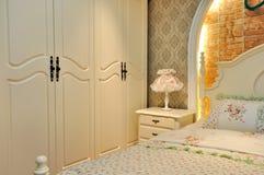 Elegante Bettwäsche- und Schlafzimmermöbel Stockbild