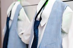 Elegante blauwe kostuums en overhemden voor twee jongens Stock Foto