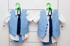 Elegante blauwe kostuums en overhemden voor twee jongens Stock Foto's