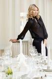 Elegante blonde Aufstellung im vornehmen Restaurant Lizenzfreie Stockfotos