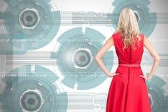 Elegante blonde bevindende handen op heupen Royalty-vrije Stock Foto's