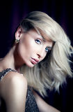 Elegante blonde Dame, die Kamera betrachtet Stockbilder