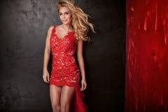 Elegante blonde Dame im roten Kleid Lizenzfreie Stockfotografie