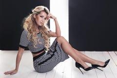 Elegante blonde Damenaufstellung Stockfoto