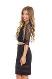 Elegante blonde Frau in der schwarzes Kleiderseitenansicht Stockbilder